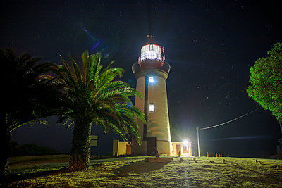South Africa, Cape Town, Robben Island, Lighthouse at night - p300m1536917 by zerocreatives