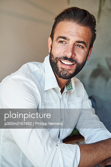 Portrait of smiling businessman wearing white shirt - p300m2167452 by Philipp Nemenz