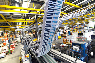 Conveyor belt with brochures in a printing shop - p300m949054 by Sten Schunke