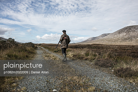 Jäger geht auf einem Feldweg - p1082m2022009 von Daniel Allan