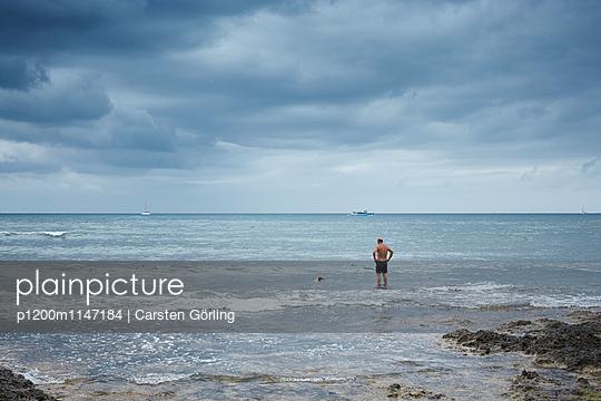 Der Mann, der Hund und das Meer - p1200m1147184 von Carsten Goerling