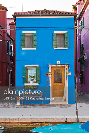 Schmales blaues Haus entlang Kanal Riva dei Santi, Burano, nahe Venedig, Venetien, Italien, Europa - p1316m1160948 von Katharina Jaeger