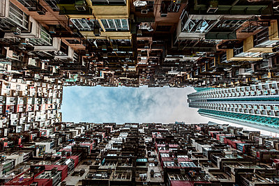 Hong Kong, Quarry Bay, apartment blocks contrasting with modern skyscraper - p300m2069756 by Daniel Waschnig Photography