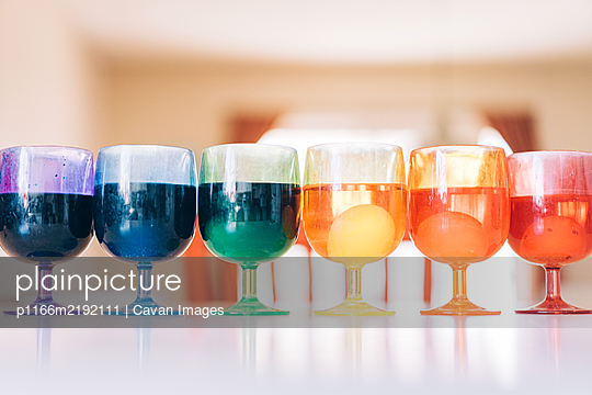 Rainbow array of cups with Easter egg dyes - p1166m2192111 by Cavan Images