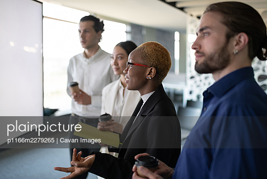 Black woman speaking during video conference with colleagues - p1166m2279265 by Cavan Images
