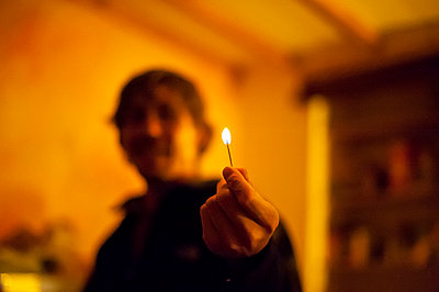 Man holding a lighted match - p1007m854274 by Tilby Vattard
