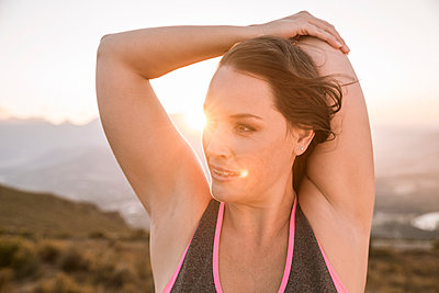 Portrait of Plus-Size-Model doing sports in the countryside at sunset - p300m2167479 by Floco Images