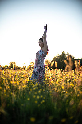 Woman standing in a meadow - p310m2289396 by Astrid Doerenbruch