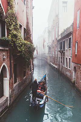 Elevated view of gondolier on misty canal, Venice, Italy - p429m1408259 by Eugenio Marongiu