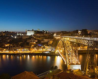Dom Luis bridge at night, Porto, Portugal - p429m839168 by Alex Holland