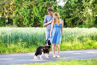 Paar mit Hund - p606m933929 von Iris Friedrich