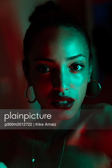 Portrait of beautiful young woman with artificial light - p300m2012722 von Kike Arnaiz