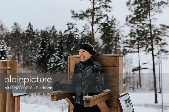 Woman exercising at winter - p312m2299712 by Plattform