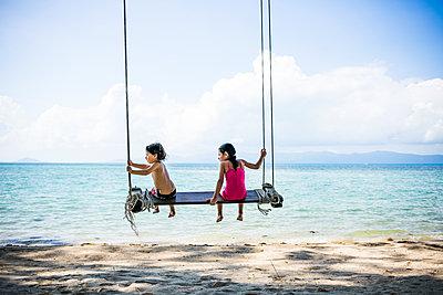 Kinder auf einer Schaukel am Strand - p680m1515282 von Stella Mai