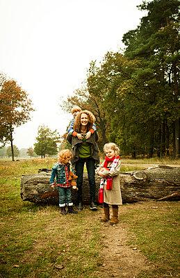 Mutter mit drei Kindern - p904m741702 von Stefanie Päffgen