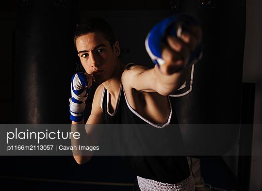 Young boxer practicing the left jab movement. - p1166m2113057 by Cavan Images
