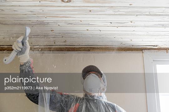 Mature woman renovating house - p352m2119973 by Åke Nyqvist