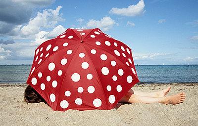 Under the parasol - p0452186 by Jasmin Sander