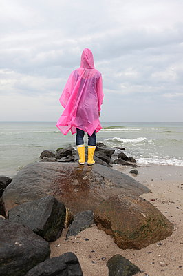 Grey day at the sea - p045m933700 by Jasmin Sander
