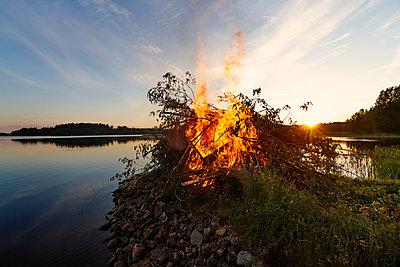 Midsummer bonfire - p322m938869 von Simo Vunneli