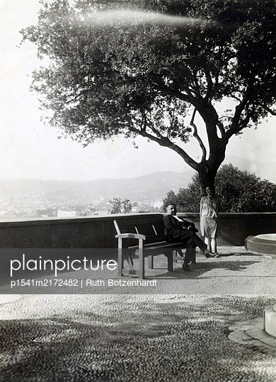 Married couple on summer vacation takes a rest on a lookout  - p1541m2172482 by Ruth Botzenhardt