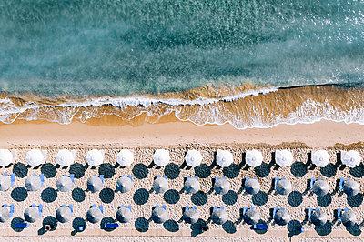 Many parasols on the beach, Zakynthos, drone photography - p713m2289205 by Florian Kresse