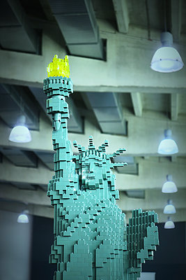 Statue of liberty made from building blocks - p851m1573523 by Lohfink