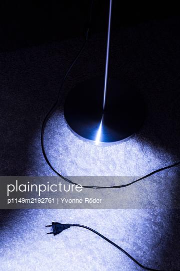 Stehlampe und Stecker - p1149m2192761 von Yvonne Röder