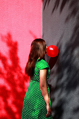 Woman doing bubble with chewing gum - p1105m2082578 by Virginie Plauchut