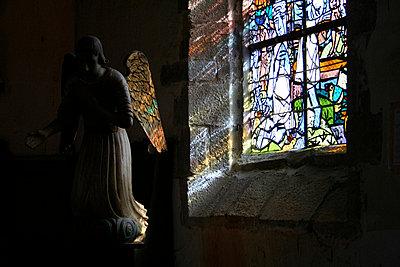 Engel im Farbenspiel des Kirchenfensters - p277m729231 von Dieter Reichelt
