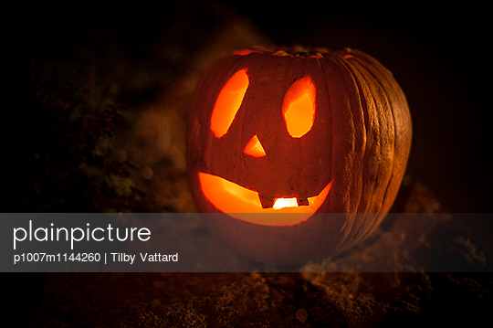 Halloween Pumpkins at night - p1007m1144260 by Tilby Vattard