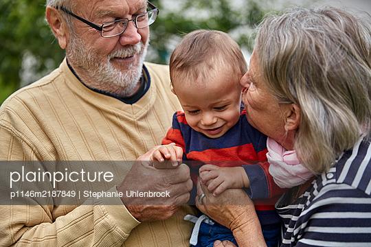 Grandparents with grandson, portrait - p1146m2187849 by Stephanie Uhlenbrock