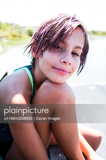 portrait of a pre teen girl in the summer - p1166m2208033 by Cavan Images