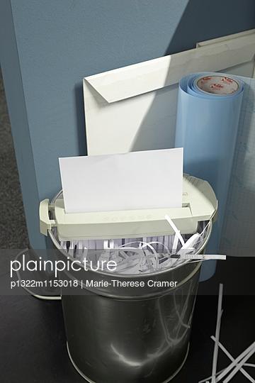 Weisses Blatt Papier läuft durch einen Papierschredder - p1322m1153018 von Marie-Therese Cramer