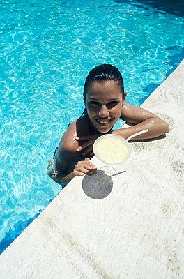 Schöne am Pool - p0452130 von Jasmin Sander