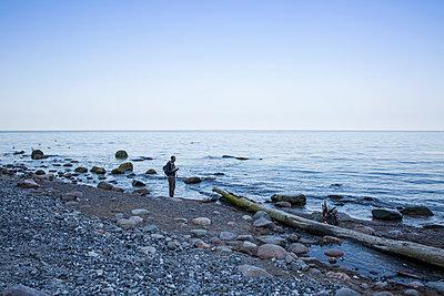 Germany, Mecklenburg-Western Pomerania, Ruegen, Jasmund National Park, hiker at the beach - p300m2059463 von Maria Maar