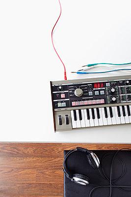 Playing the electric organ - p4642396 by Elektrons 08