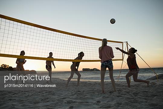 plainpicture - plainpicture p1315m2014116 - Female volleyball players p... - plainpicture/Wavebreak