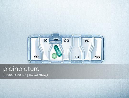 Tabletten Box, Pillenbox mit Wochentag, Gesundheit, Medizin - p1316m1161149 von Robert Striegl