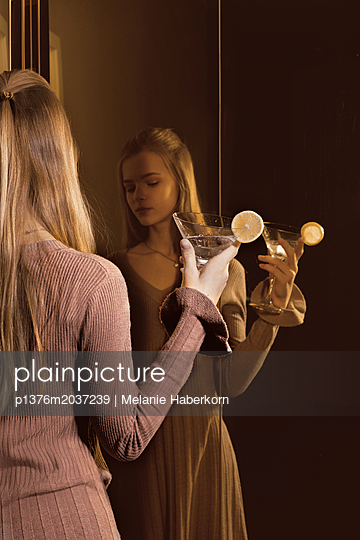 Junges Mädchen am Fahrstuhl - p1376m2037239 von Melanie Haberkorn