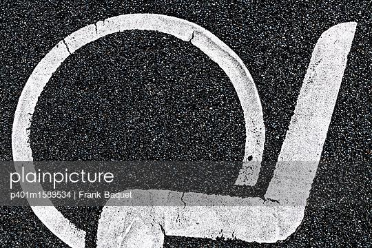 Piktogramm auf Asphalt - p401m1589534 von Frank Baquet