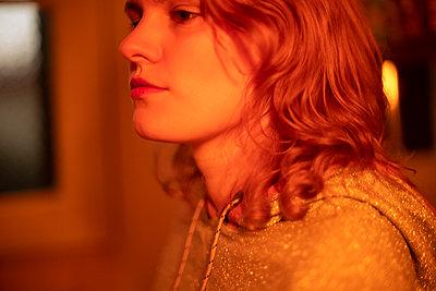 Young woman, portrait - p1321m2182593 by Gordon Spooner