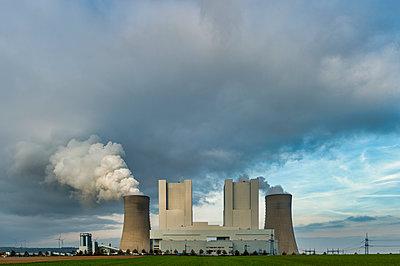 Germany, Grevenbroich, modern brown coal power station Neurath II - p300m2058709 von Frank Röder