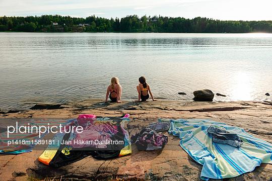 Zwei Mädchen am Badesee - p1418m1589181 von Jan Håkan Dahlström