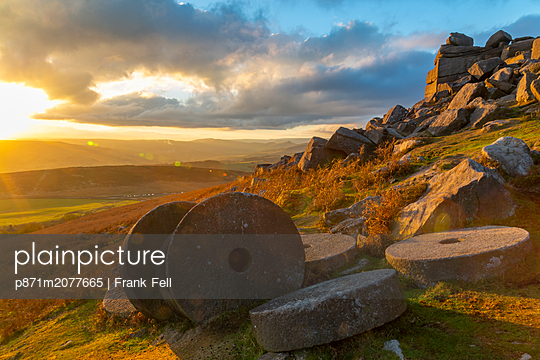 Millstones at Curbar Edge during sunset in Peak District National Park, England - p871m2077665 by Frank Fell