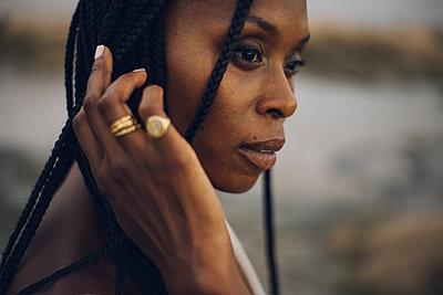 profile portrait of a beauty black girl - p1166m2280341 by Cavan Images
