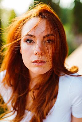 Portrait of young redheaded woman - p300m2029180 von Giorgio Fochesato