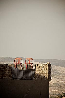 Zwei Stühle auf der Festungsmauer in Mardin, Türkei - p586m971400 von Kniel Synnatzschke