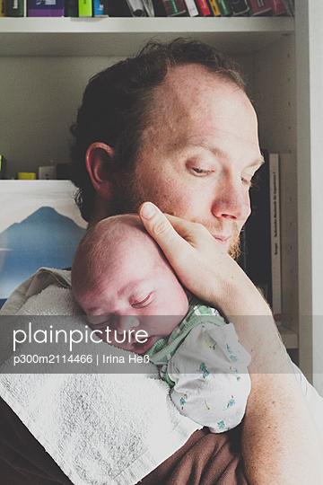 Father holding his newborn son - p300m2114466 von Irina Heß
