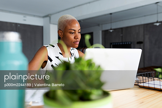 Businesswoman working in modern office, using laptop - p300m2244189 by Valentina Barreto